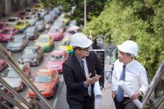 Азиатский бизнесмен обсуждает с архитектором профессиональным w инженера Стоковое Изображение RF