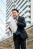 Азиатский бизнесмен обхватывая назад, уважение или извинение Стоковые Изображения RF
