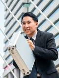 Азиатский бизнесмен обхватывая назад, уважение или извинение Стоковая Фотография RF