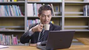 Азиатский бизнесмен работая в офисе акции видеоматериалы