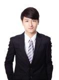 Азиатский бизнесмен стоя с улыбкой Стоковые Изображения
