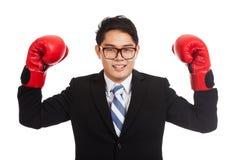 Азиатский бизнесмен счастливый с красной перчаткой бокса Стоковые Изображения