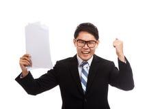 Азиатский бизнесмен счастливый с успехом с бумагой отчета Стоковые Изображения