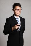 Азиатский бизнесмен с стеклом красного вина Стоковое Фото