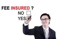 Азиатский бизнесмен с текстом застрахованного гонорара Стоковая Фотография