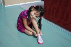 азиатский ботинок девушки tieing Стоковые Фотографии RF