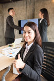 Азиатский большой палец руки выставки работника офиса вверх Стоковые Фото