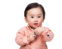 Азиатский блок игрушки удерживания ребёнка стоковая фотография