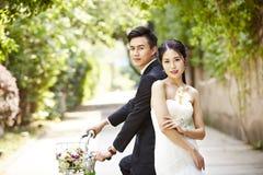 Азиатский велосипед катания пар свадьбы стоковая фотография rf