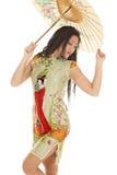 Азиатский взгляд зонтика платья зеленого цвета женщины назад Стоковое фото RF
