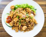 Азиатский вкус, малайзиец и индонезийский Stir зажарили лапшу известную как & x22; Bihun Goreng& x22; с цыпленком, шариком и крев Стоковые Изображения