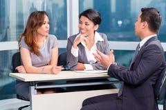Азиатский выбранный рабочего места команды рекрутства в собеседовании для приема на работу Стоковые Изображения RF