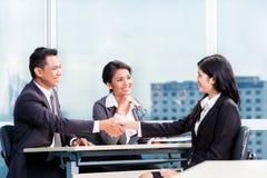 Азиатский выбранный рабочего места команды рекрутства в собеседовании для приема на работу Стоковые Фотографии RF