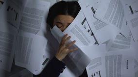 Азиатский выходить бизнес-леди бумаг, перегруженный с работой, прогар работы видеоматериал