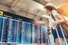 Азиатский девочка-подросток использует smartphone к проверочному полету стоковые изображения