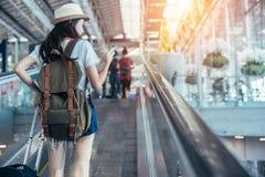 Азиатский девочка-подросток использует smartphone к проверочному полету стоковая фотография rf