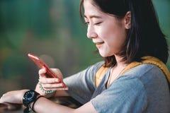 Азиатский девочка-подросток использует smartphone стоковые изображения