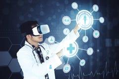 Азиатский доктор работая с футуристическим экраном Стоковые Фото
