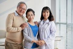 Азиатский доктор с старшими пациентами Стоковые Изображения