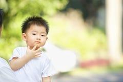 азиатский думая малыш Стоковые Фото