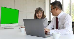 Азиатский женский босс работая с мужскими двойниками сток-видео