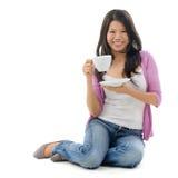 Азиатский женский выпивая чай стоковая фотография