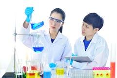 Азиатский женский медицинский технолог работая в лаборатории Стоковое Фото