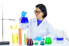 Азиатский женский медицинский технолог работая в лаборатории Стоковое Изображение RF
