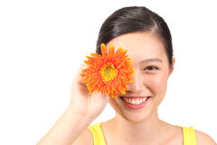 Азиатский женский представляя цветок маргаритки - серия 2 Стоковые Фотографии RF
