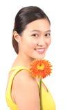 Азиатский женский представляя цветок маргаритки - серия 3 Стоковая Фотография RF