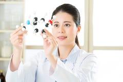 Азиатский женский ученый рассматривая строительные блоки жизни Стоковое фото RF