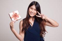 Азиатский знак победы выставки женщины с подарочной коробкой Стоковое Изображение RF