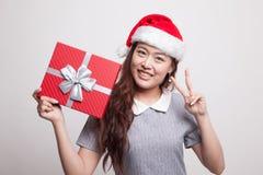 Азиатский знак победы выставки женщины с подарочной коробкой Стоковые Изображения