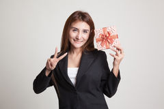 Азиатский знак победы выставки женщины с подарочной коробкой Стоковое Изображение