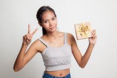 Азиатский знак победы выставки женщины с подарочной коробкой Стоковая Фотография