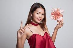 Азиатский знак победы выставки женщины с подарочной коробкой Стоковое Фото