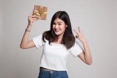 Азиатский знак победы выставки женщины с подарочной коробкой Стоковые Фото
