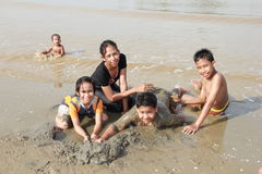 азиатский играть малышей пляжа Стоковые Изображения RF
