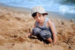 азиатский играть мальчика пляжа Стоковая Фотография