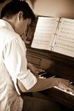 азиатский играть рояля человека стоковые фото