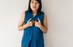 Азиатский иметь женщины или симптоматические кислоты рефлюкса, заболевание Gastroesophageal рефлюкса стоковые фотографии rf