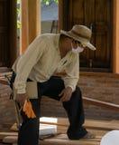 Азиатский инженер плотничества планирует работу построить здание Стоковое Фото