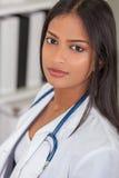 Азиатский индийский женский доктор больницы женщины Стоковое Изображение RF