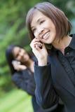азиатский киец клетки ее востоковедная женщина телефона стоковое фото rf