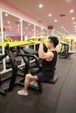 Азиатский китайский человек в прочности тренировки человека спорта ŒFitness ¼ ï спортзала в спортзале Стоковое Изображение RF