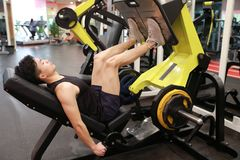 Азиатский китайский человек в тренировке человека спорта ŒFitness ¼ ï спортзала прочности ноги в спортзале Стоковая Фотография RF