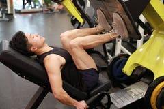 Азиатский китайский человек в тренировке человека спорта ŒFitness ¼ ï спортзала прочности ноги в спортзале Стоковые Изображения RF