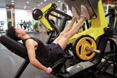 Азиатский китайский человек в тренировке человека спорта ŒFitness ¼ ï спортзала прочности ноги в спортзале Стоковое Изображение RF