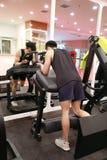 Азиатский китайский человек в тренировке человека спорта ŒFitness ¼ ï спортзала прочности ноги в спортзале Стоковые Фото