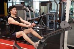 Азиатский китайский человек в человеке ŒFitness ¼ ï спортзала делая трицепс работает в спортзале Привлекательный, взрослый Стоковое фото RF